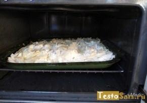 Разогрейте духовку и поставьте пирог на выпечку
