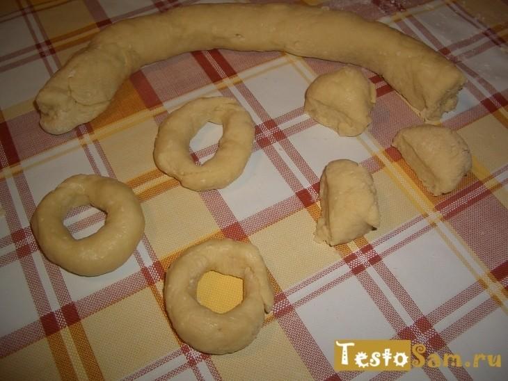 Раскатать тесто и нарезать на кусочки