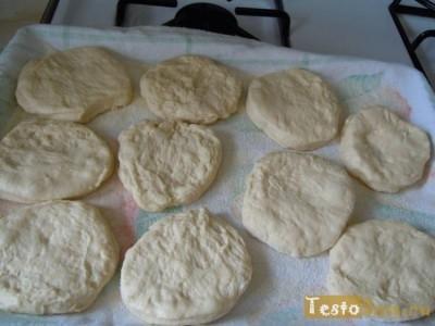 Выкладываем тесто и формируем заготовки для маффинов