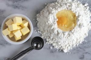 Ингридиенты для песочного теста - мука, масло, яйцо