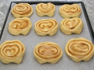 Разложите булочки на противень для выпекания