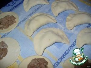 Формируйте слоеные пирожки в форме полумесяца