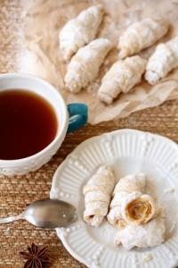 Посыпьте рогалики из постного теста сахарной пудрой