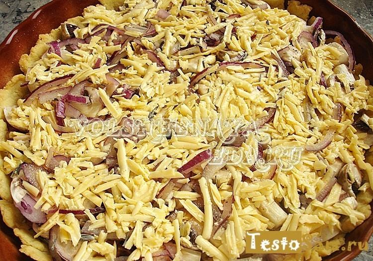 Полейте пирог смесью сыра и яиц