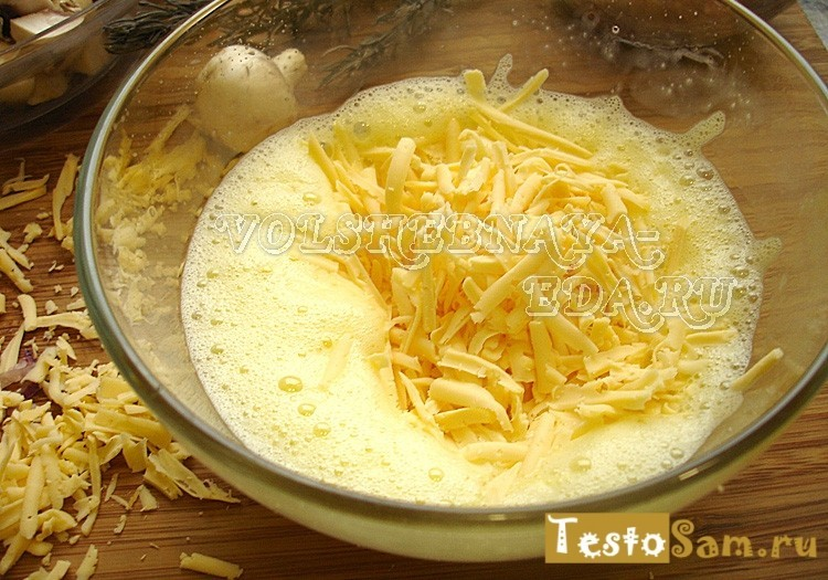 Во взбитое яйцо добавьте тертый сыр