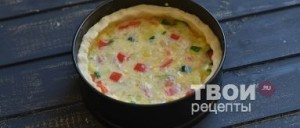 Залейте пирог взбитыми яйцами