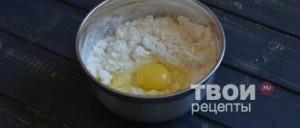 Добавьте в картофельное тесто яйца