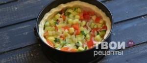 Выложте порезанные овощи в тесто