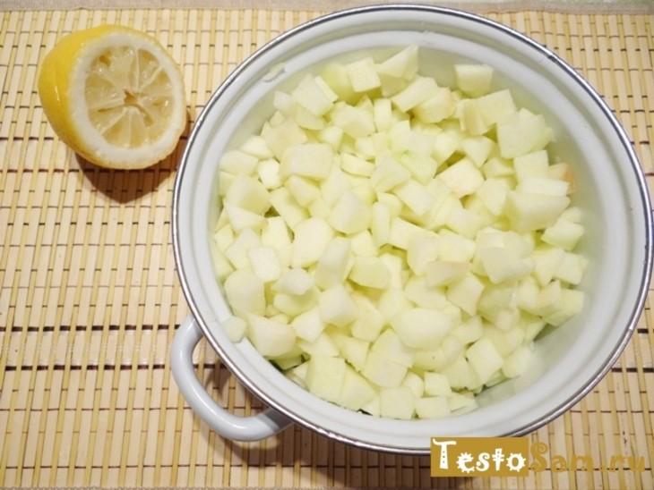 Нарезать яблоки без кожуры кубиками и поместить в кастрюлю
