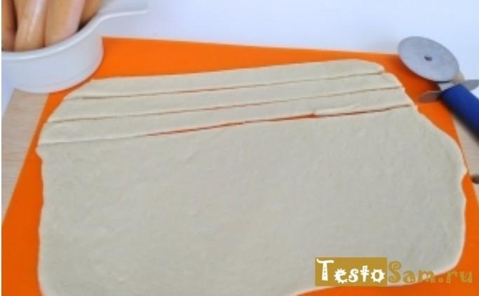 Нарежте тесто на полоски