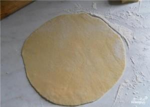 Раскатайте тесто на торт