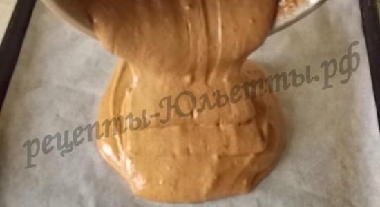 Вылить тесто на бумагу для запекания