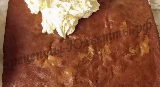 Полученый шоколадный корж смажьте кремом