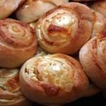 Вкусные булочки из слоеного теста с сыром