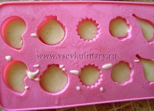 Распределите тесто для кексов по формочкам