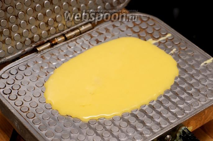 Тесто заливается в вафельницу и запекается