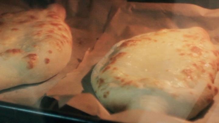 Выпекайте хачапури в духовке до 10 минут