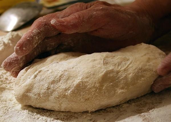 Замесите тесто для вареников