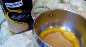 Смешайте желток с сахаром