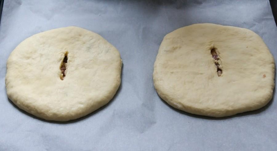 Выкладывайте хачапури с мясом швом вниз и проделайте надрез сверху