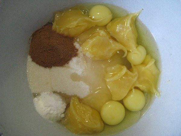 Добавьте яйца, мед, корицу и муку