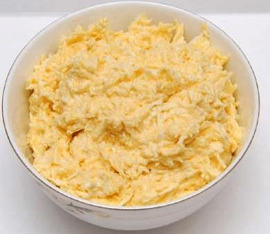 Смешайте вареные яйца с сыр