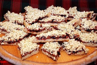 Готовое песочное печенье с джемом и крошкой
