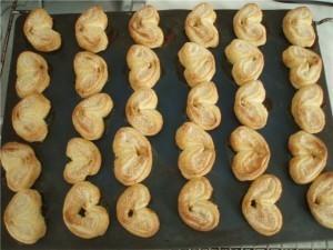 Выпекайте печенье из слоеного теста в духовке