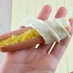 Сосиска начиняется сыром и заворачивается в тесто
