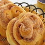 Вкусные булочки с сахаром из дрожжевого теста
