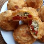 Пирожки бомбочки с помидорами и сыром - вкусный рецепт
