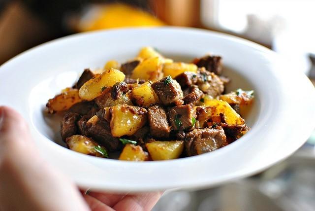Картошка жареная со свиной грудинкой