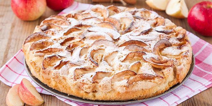 Шарлотка на сковороде с яблоками