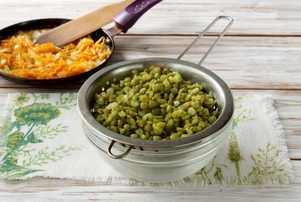 Дрожжевые пирожки с горохом, луком и укропом на сковороде - рецепт пошаговый с фото