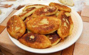 Пирожки с квашеной капустой и картофелем на сковороде - рецепт пошаговый с фото