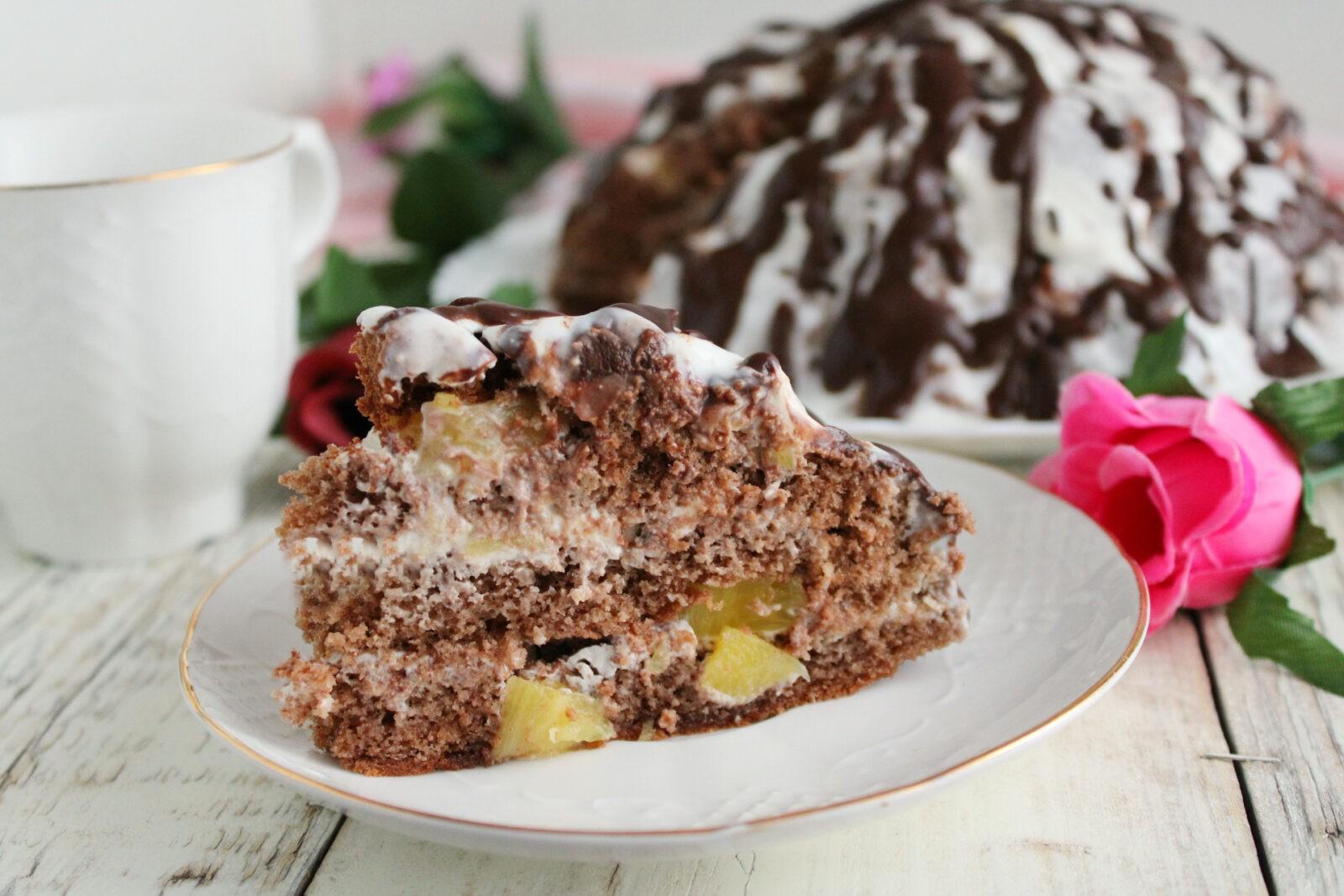 Бисквитный шоколадный торт со сметанным кремом и ананасами