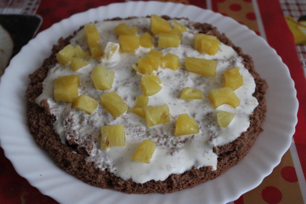 Торт со сметанным кремом и кубиками ананаса
